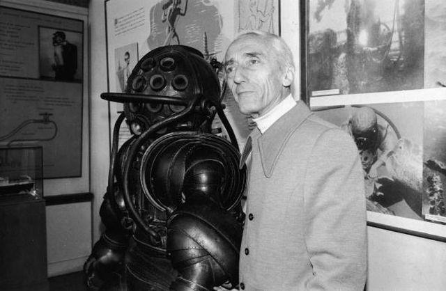 Jacques Cousteau neben einem Taucheranzug, dem er die externe Luftversorgung nahm  / ©cyberneticzoo