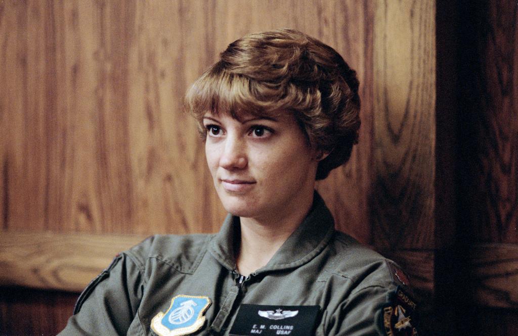 Eileen Collins während eines Briefings zur Fallschirm-Bedienung / Quelle: NASA