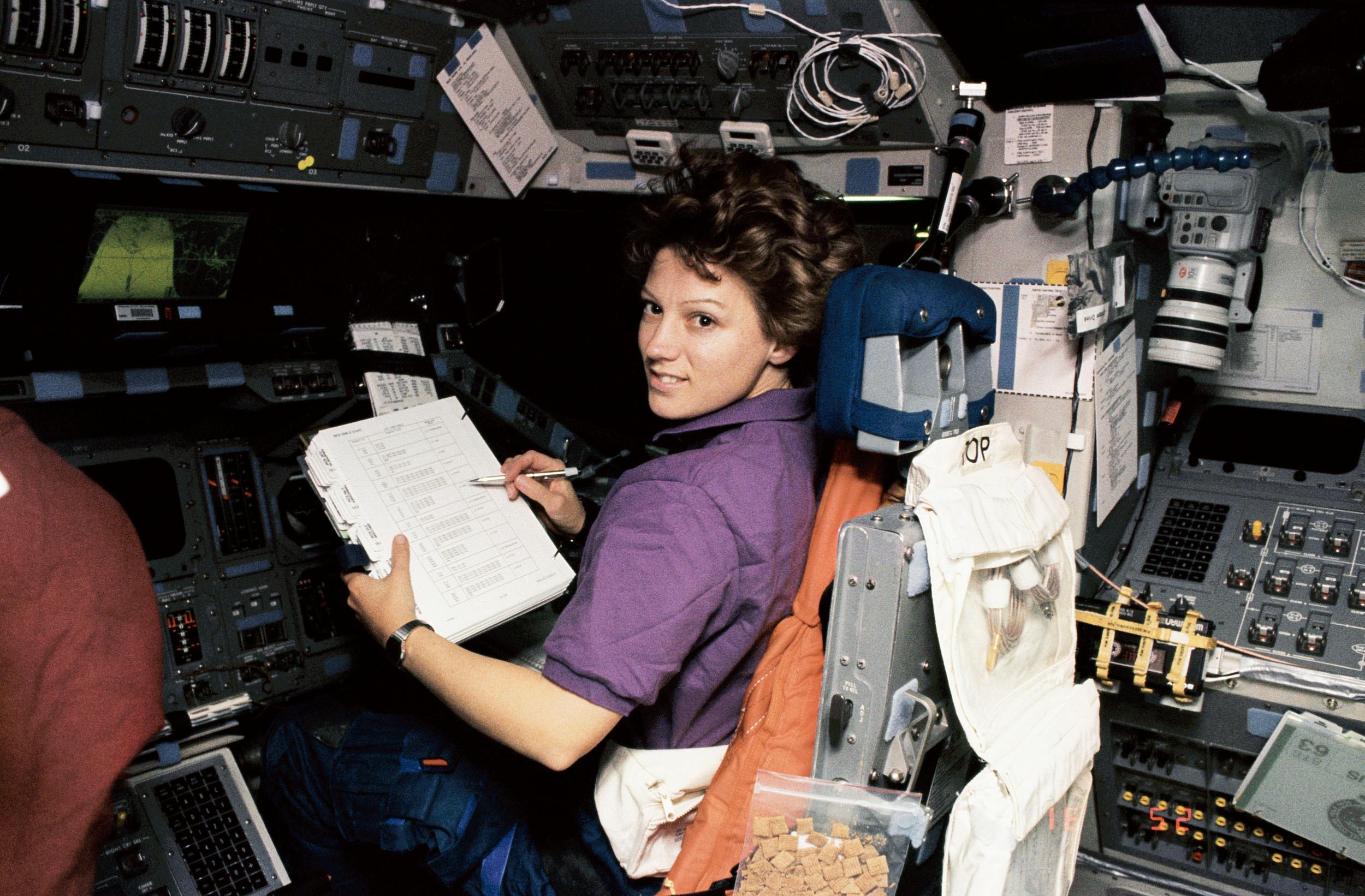 Eileen Collins im Space Shuttle - diesmal ohne Anzug, Quelle: NASA