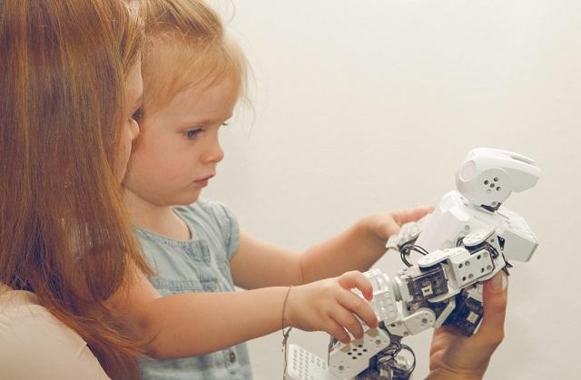 Abbildung_Kind_mit_Roboter